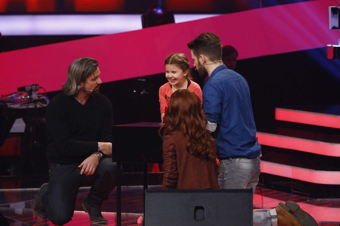 Die Coaches Henning Wehland (l.), Lena Meyer-Landrut (2.v.r.) und Johannes Strate (r.) sind von der jungen Sängerin begeistert ... - Bildquelle: Richard Hübner SAT.1