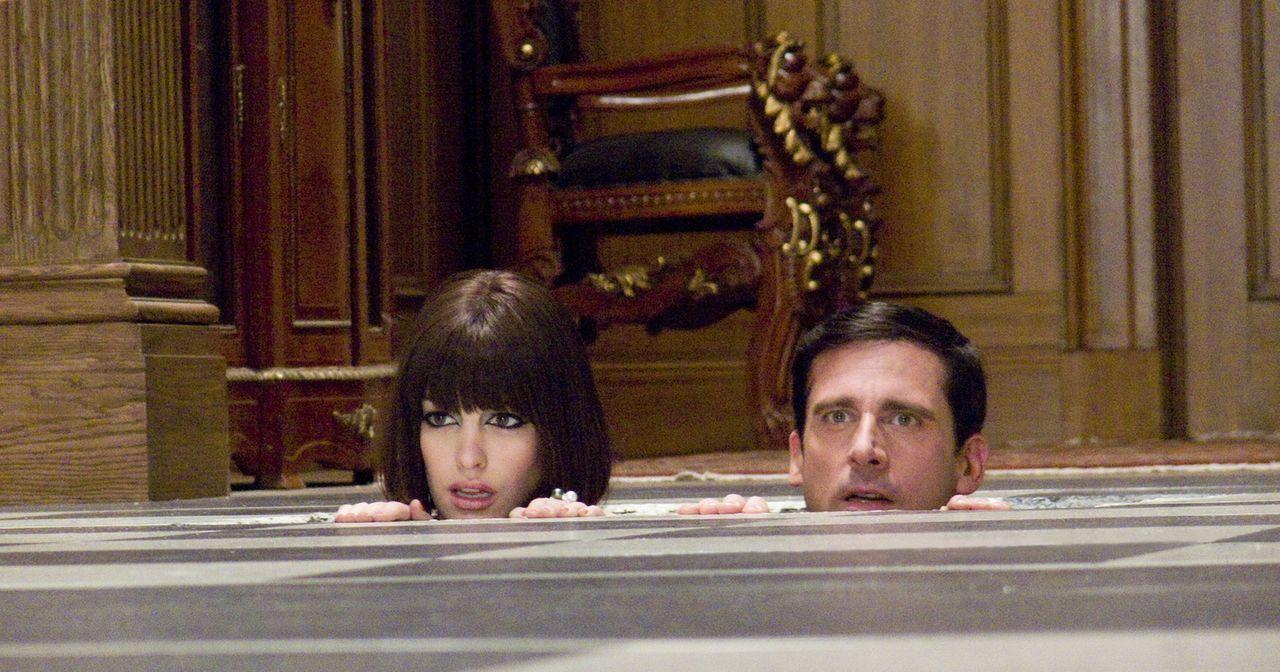 Würden am liebsten im Fußboden versinken: Agentin 99 (Anne Hathaway, l.) und Chef-Analytiker und Änfanger-Agent Maxwell Smart (Steve Carell, r.) ...... - Bildquelle: Warner Brothers
