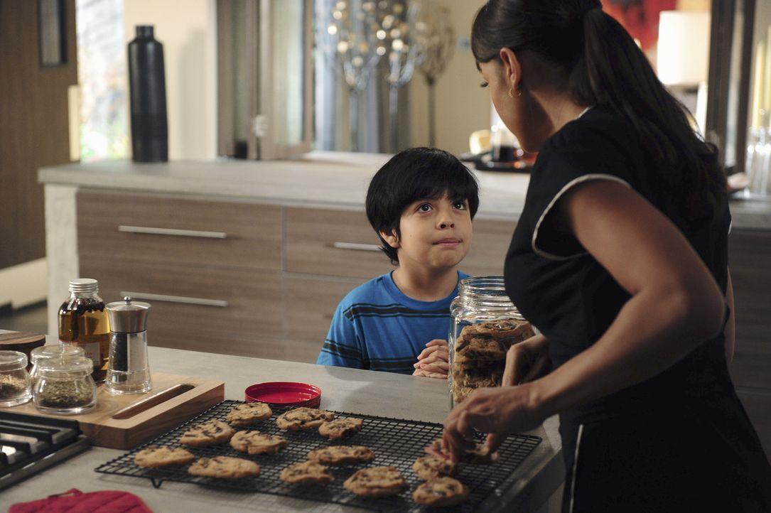 Weil Miguel (Octavio Westwood, l.) in der Schule unanständige Wörter benutzt, legt sich Rosie (Dania Ramirez, r.) mit der Tochter ihres Chefs an ... - Bildquelle: 2014 ABC Studios