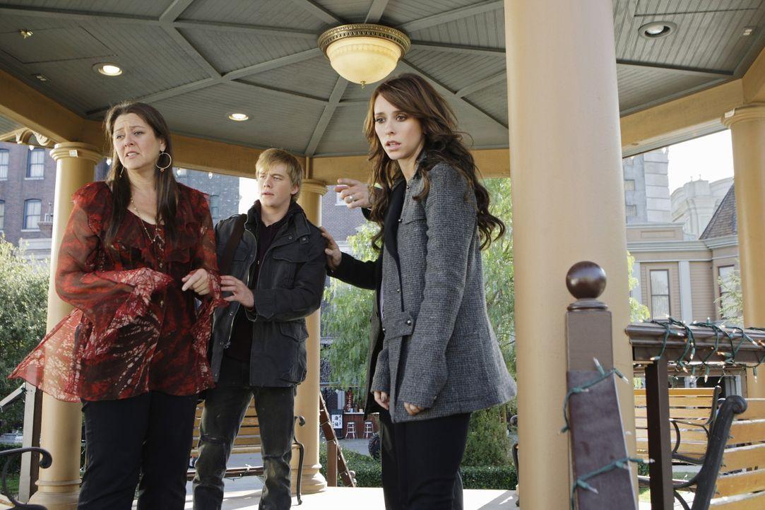 Melinda (Jennifer Love Hewitt, r.) versucht Ned (Christoph Sanders, M.) und Delia (Camryn Manheim, l.) zu schützen ... - Bildquelle: ABC Studios