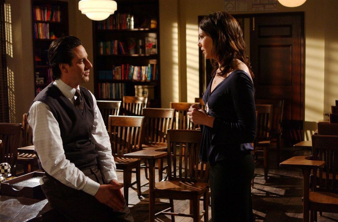 Lorelai (Lauren Graham, r.) trifft auf Max (Scott Cohen, l.) und ein Kuss zwischen den beiden bringt Lorelai vollkommen durcheinander ... - Bildquelle: 2002 Warner Bros.