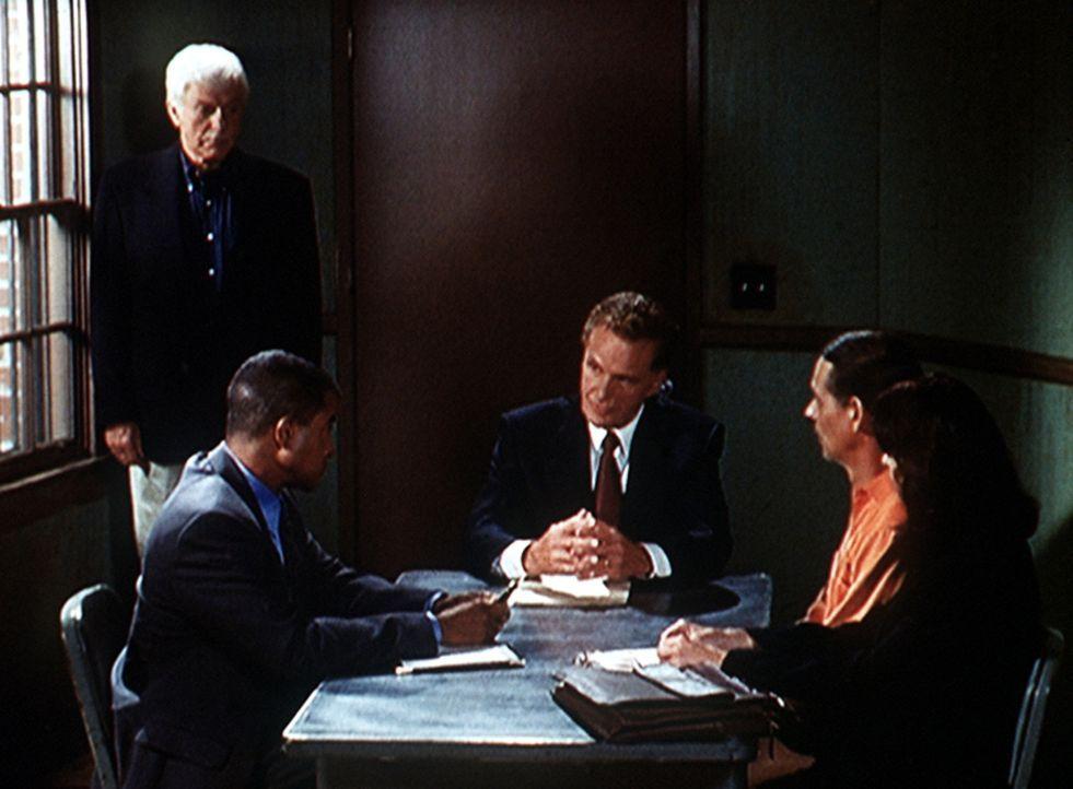 Mark Sloan (Dick Van Dyke, l.) wird mit zwei Mordfällen konfrontiert. - Bildquelle: Viacom