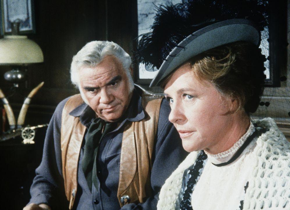 Ben Cartwright (Lorne Greene, l.) versucht, seiner alten Freundin Ruth Manning (Phyllis Thaxter, r.) zu helfen, die von dem übermächtigen Richter Ta... - Bildquelle: Paramount Pictures