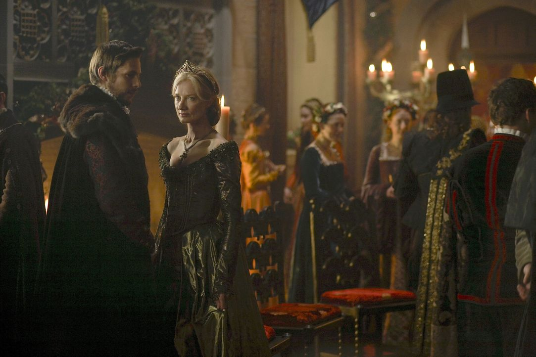 Als die Witwe Catherine Parr (Joely Richardson, 2.v.l.) sein Interesse weckt, setzt der König alles in die Wege, um die attraktive Frau heiraten zu... - Bildquelle: 2010 TM Productions Limited/PA Tudors Inc. An Ireland-Canada Co-Production. All Rights Reserved.