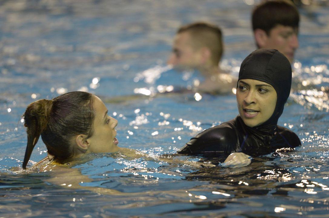 Die Rekruten müssen lernen, sich selbst darzustellen und auf die Stärken und Schwächen ihrer Kameraden zu achten: Natalie (Anabelle Acosta, l.) und... - Bildquelle: 2015 ABC Studios