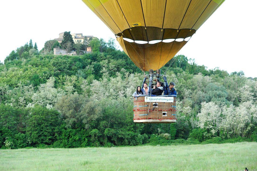 Peter (2.v.l.) lädt eine der Damen zu einer Fahrt im Heißluftballon ein .. - Bildquelle: Martin Rottenkolber ProSieben