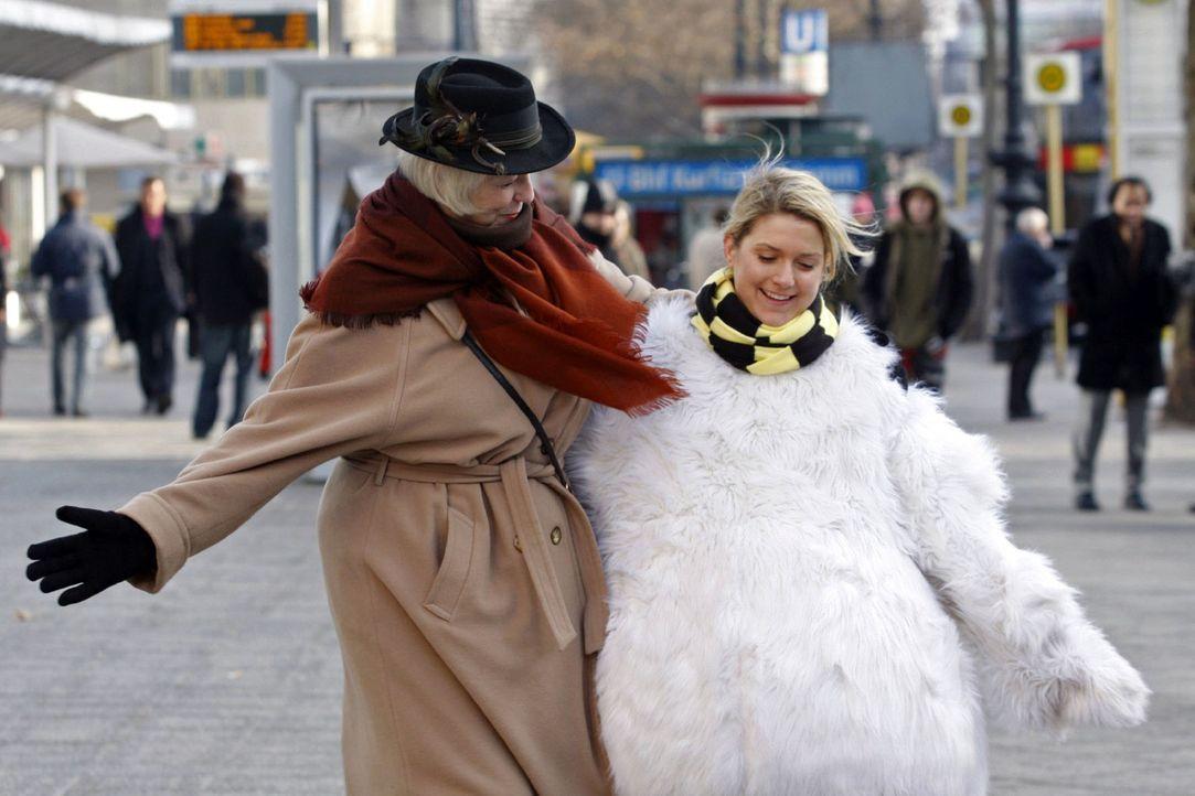 Anna (Jeanette Biedermann, r.) fasst all ihren Mut zusammen und tanzt mit Passanten. - Bildquelle: Claudius Pflug Sat.1