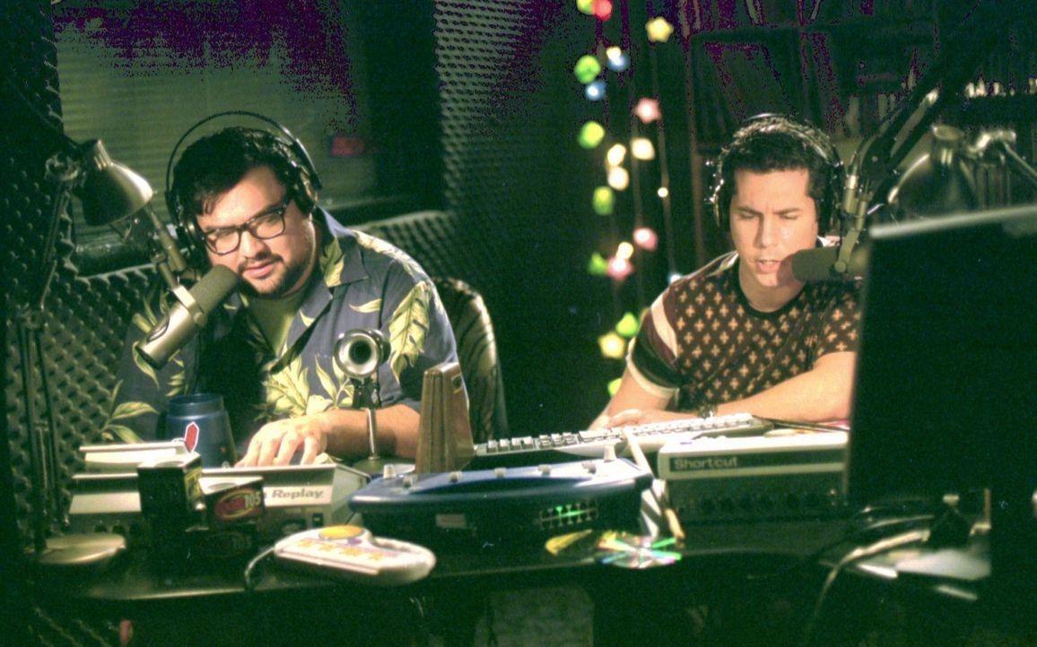 Die Hörergemeinde bangt um diese Auflösung der Sendung von Curtis (Chris Parnell, r.) und Desmond (Horatio Sanz, l.), denn die Späße der zwei we... - Bildquelle: Paramount