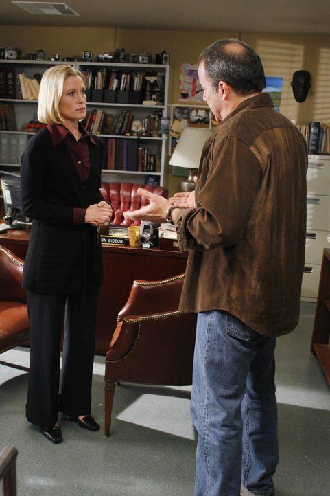 Dr. Sarah Harris (Jessica Tuck, l.) ist besorgt um ihren Sohn Nathan. Völlig entnervt erzählt sie Gideon (Mandy Patinkin, r.) von ihren Befürchtunge... - Bildquelle: Touchstone Television