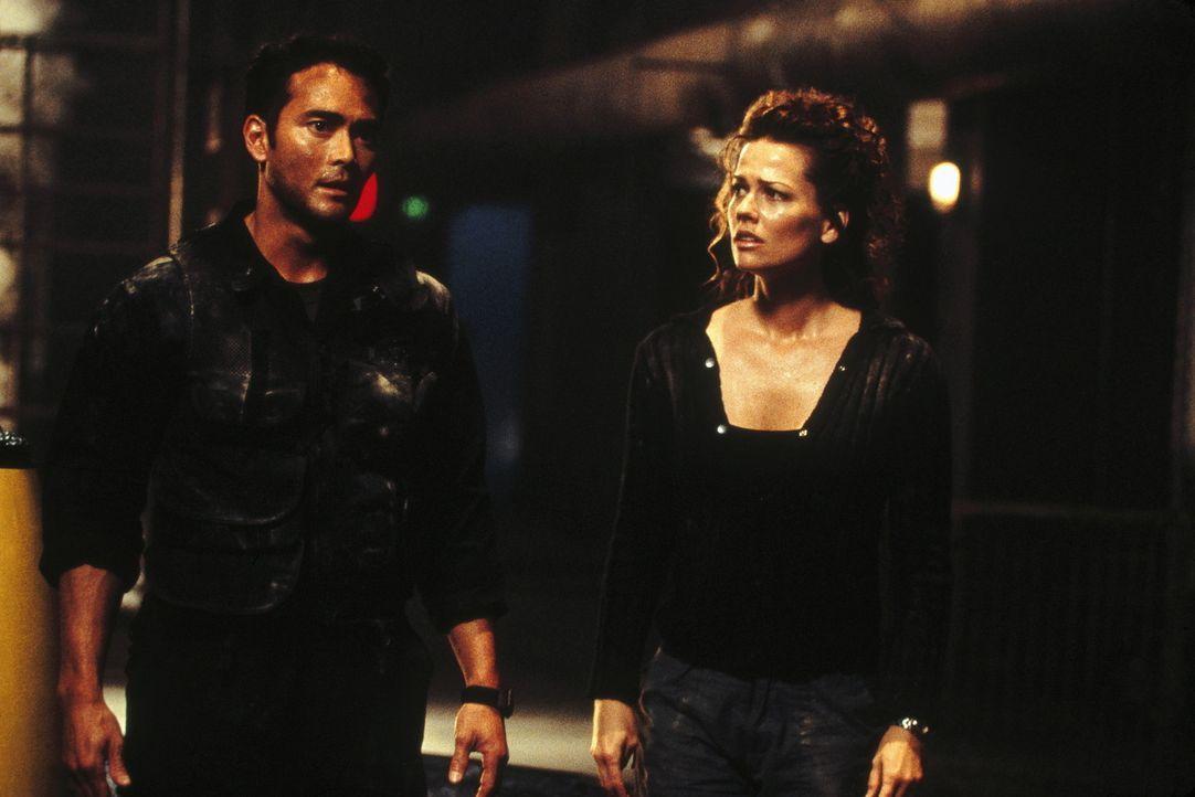 Dem US-Offizier Ryan Beckett (Marc Dacascos, l.) und der Wissenschaftlerin Julie McGrath (Tamara Davies, r.) bleibt nur noch wenig Zeit ... - Bildquelle: Highlight Film