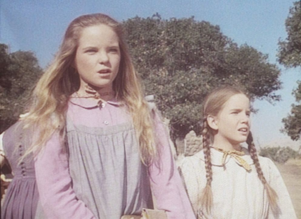 Mary (Melissa Sue Anderson, l.) und Laura (Melissa Gilbert, r.) sind sehr neugierig auf ihren neuen Lehrer, der diesen Morgen seinen Dienst antritt. - Bildquelle: Worldvision