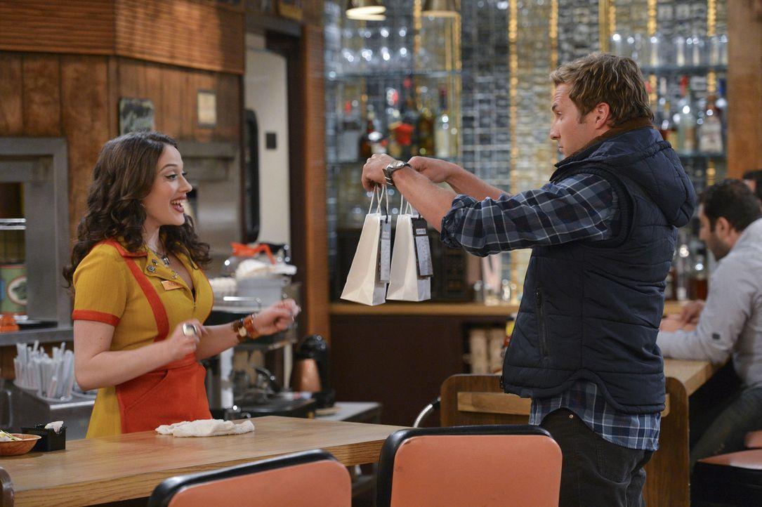 Seitdem Caroline sich nicht mehr bei Andy (Ryan Hansen, r.) blicken lässt, versucht er alles, um über Max (Kat Dennings, l.) an Caroline heran zu... - Bildquelle: Warner Brothers