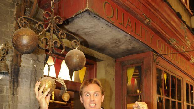 Moderator Steven Gätjen nimmt die Zuschauer exklusiv auf eine Reise hinter di...