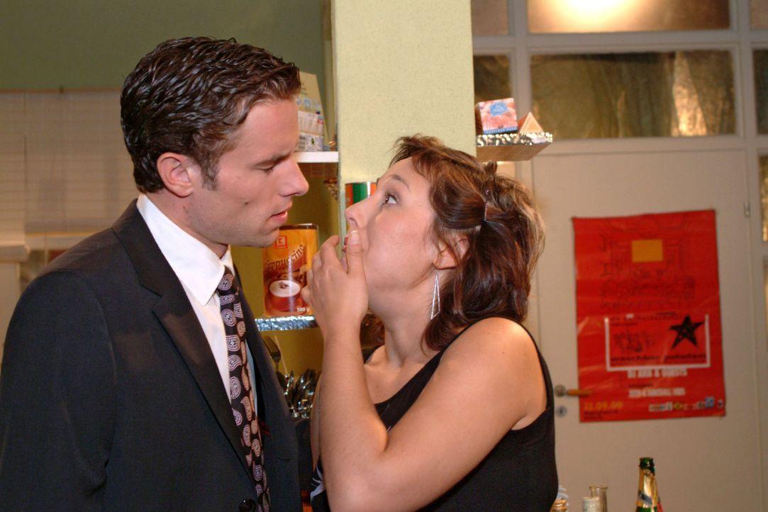 Yvonne (Bärbel Schleker, r.) schafft es nicht, Max (Alexander Sternberg, l.) mitzuteilen, dass sie in anderen Umständen ist, denn nach einem Schluck... - Bildquelle: Monika Schürle Sat.1