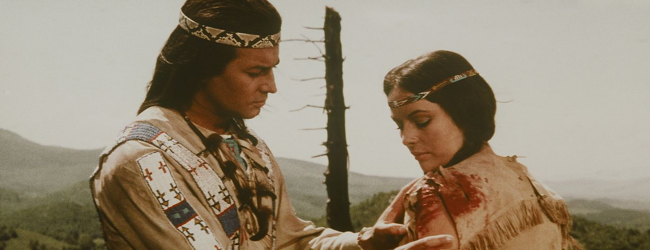 Bei einer seiner vielfältigen Friedensmissionen lernt Winnetou (Pierre Brice, l.) Ribanna (Karin Dor, r.), Tochter des Häuptlings der Assiniboin,... - Bildquelle: Columbia Pictures