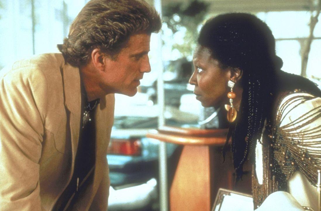 Voller Entsetzen muss Sarah (Whoopi Goldberg, r.) feststellen, das der Vater ihrer Tochter, Gebrauchtwagenhändler Hal Jackson (Ted Danson, l.), ein... - Bildquelle: Warner Bros.