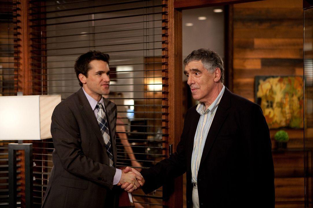 Grayson (Jackson Hurst, l.) kümmert sich um Larry Baxter (Elliott Gould, r.), einen alten Schauspieler, der eine Zeitung verklagen will, die fälsc... - Bildquelle: 2009 Sony Pictures Television Inc. All Rights Reserved.