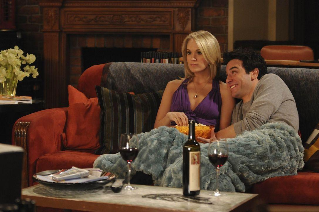 Ted (Josh Radnor, r.) hängt bei Tiffany (Carrie Underwood, l.) total am Haken und würde alles für sie tun. Tiffany dagegen interessiert sich nich... - Bildquelle: 20th Century Fox International Television