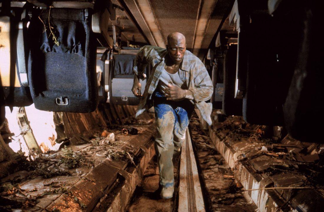 Bei einem Flugzeugabsturz überlebt der straffällige Mark Sheridan (Wesley Snipes) und kann fliehen. Fortan ist ihm der unbarmherzige Marshall Samuel... - Bildquelle: Warner Bros.