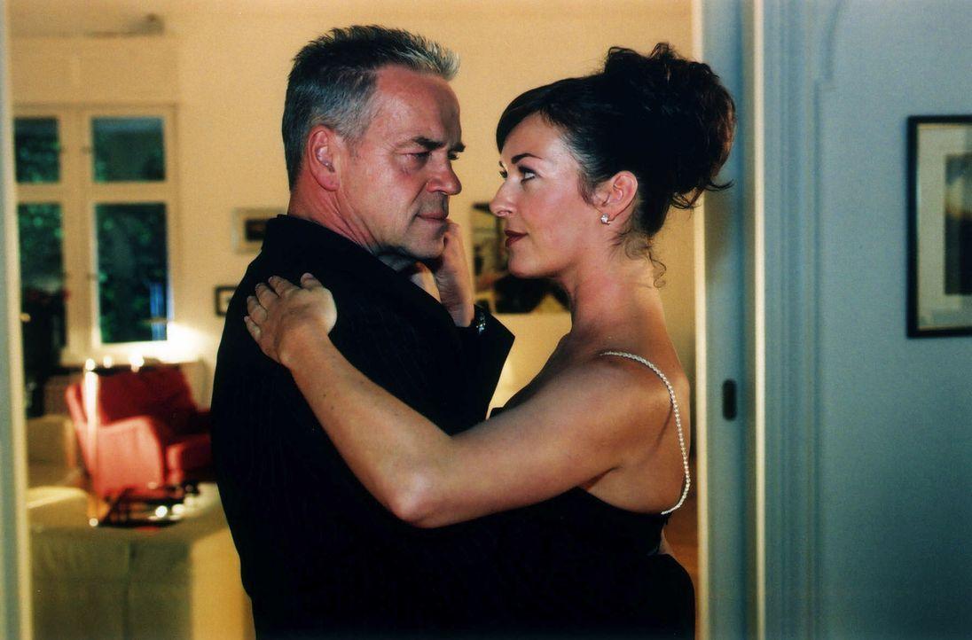 Wolff (Jürgen Heinrich, l.) erliegt bei seinen Ermittlungen immer mehr dem Charme der attraktiven Maria Cortez (Freya Trampert, r.). - Bildquelle: Claudius Pflug Sat.1