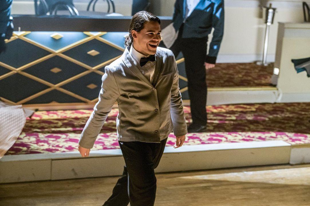 Barry und Kara lassen in ihrer Traumwelt auch Cisco (Carlos Valdes) erscheinen, doch hier ist dieser jemand ganz anderes ... - Bildquelle: 2016 Warner Bros.