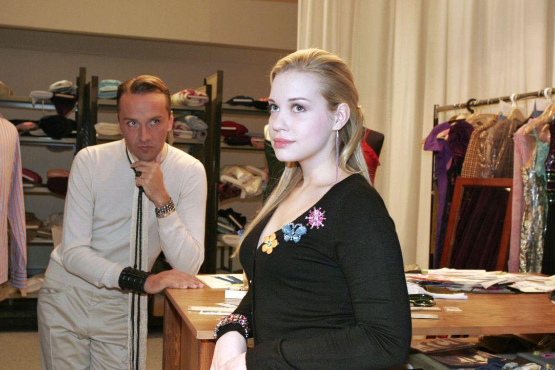 Die hoffnungslos verliebte Kim (Lara-Isabelle Rentinck, r.) erzählt Hugo (Hubertus Regout, l.) von ihrer Angst vor dem Sex mit Timo - der ist ganz g... - Bildquelle: Noreen Flynn Sat.1