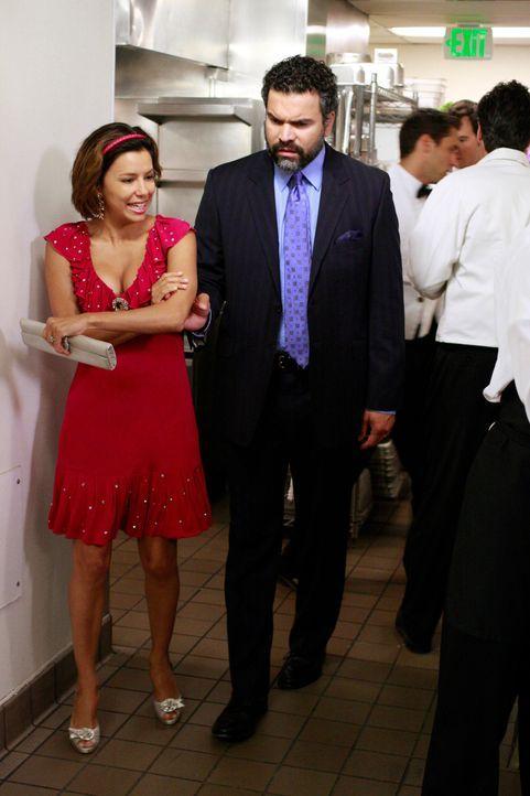 Gabrielle (Eva Longoria, l.) bringt Carlos (Ricardo Antonio Chavira, r.) dazu, eine Stelle als Masseur im Country Club anzunehmen. Als beide daraufh... - Bildquelle: ABC Studios