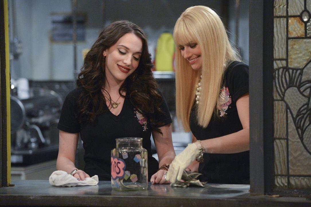 Bekommen ein ganz besonderes Angebot: Max (Kat Dennings, l.) und Caroline (Beth Behrs, r.) ... - Bildquelle: Warner Bros. Television