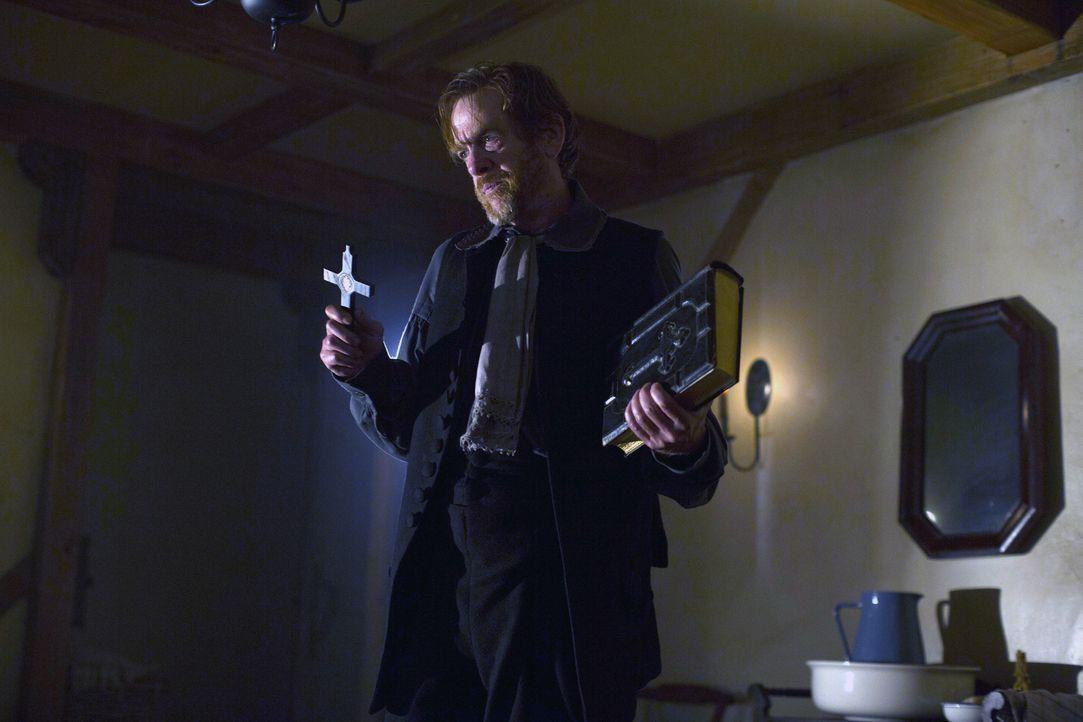 Reverend Lewis (Thomas Francis Murphy) schreckt, bei seinem Versuch das Böse aus Mercys Körper zu vertreiben, auch vor einem Exorzismus nicht zurück... - Bildquelle: 2013-2014 Fox and its related entities.  All rights reserved.