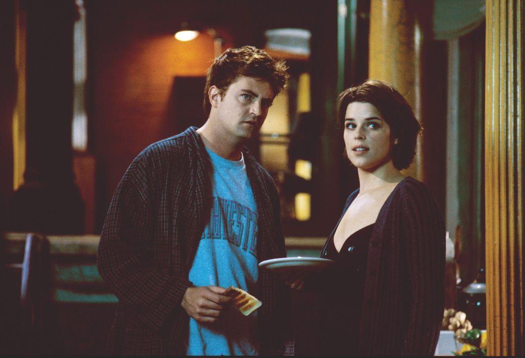 Als Amy (Neve Campbell, r.) auch noch beschließt, bei dem vermeintlich schwulen Oscar (Matthew Perry, l.) einzuziehen, ist das Chaos endgültig per... - Bildquelle: Warner Brothers