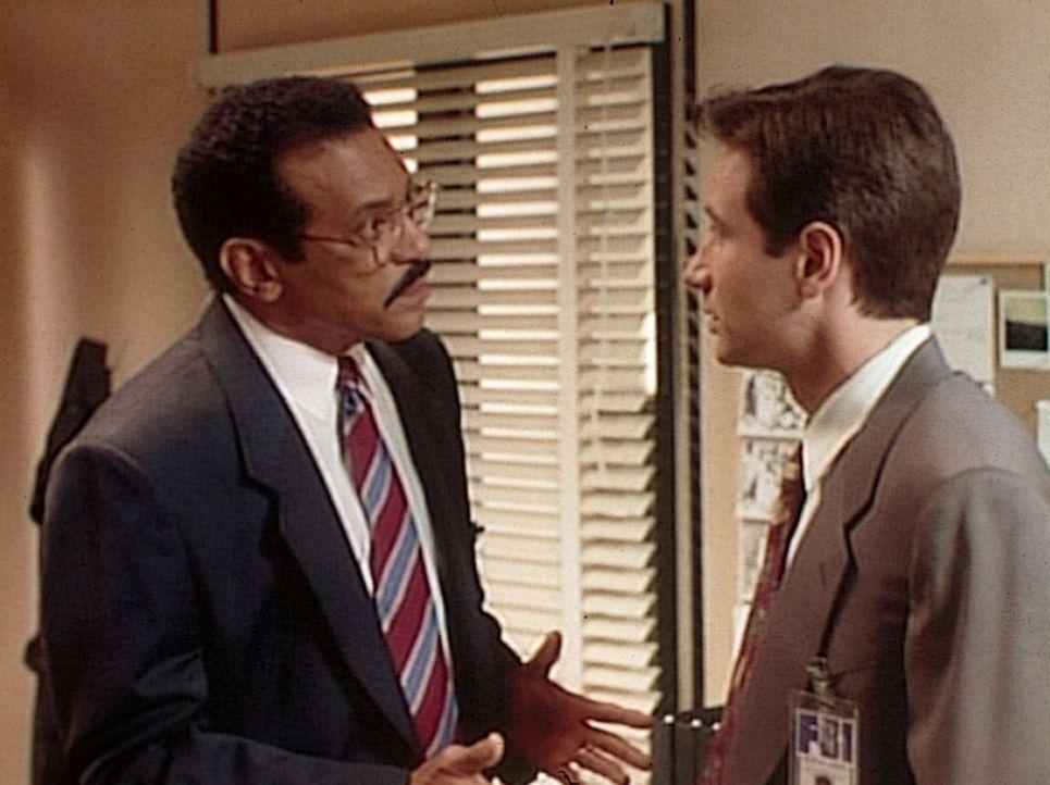 Die FBI-Agenten Reggie Purdue (Dick Anthony Williams, l.) und Fox Mulder (David Duchovny, r.) sind alte Freunde, die bei einem neuen Fall auf einen... - Bildquelle: TM +   Twentieth Century Fox Film Corporation. All Rights Reserved.