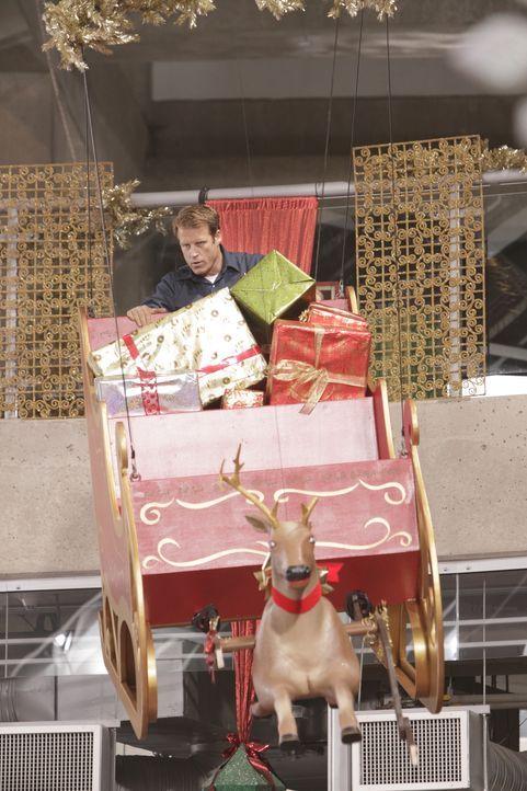 Im Weihnachtsschlitten stürzt sich Chance (Mark Valley) auf die Kidnapper ... - Bildquelle: 2011  Warner Bros.