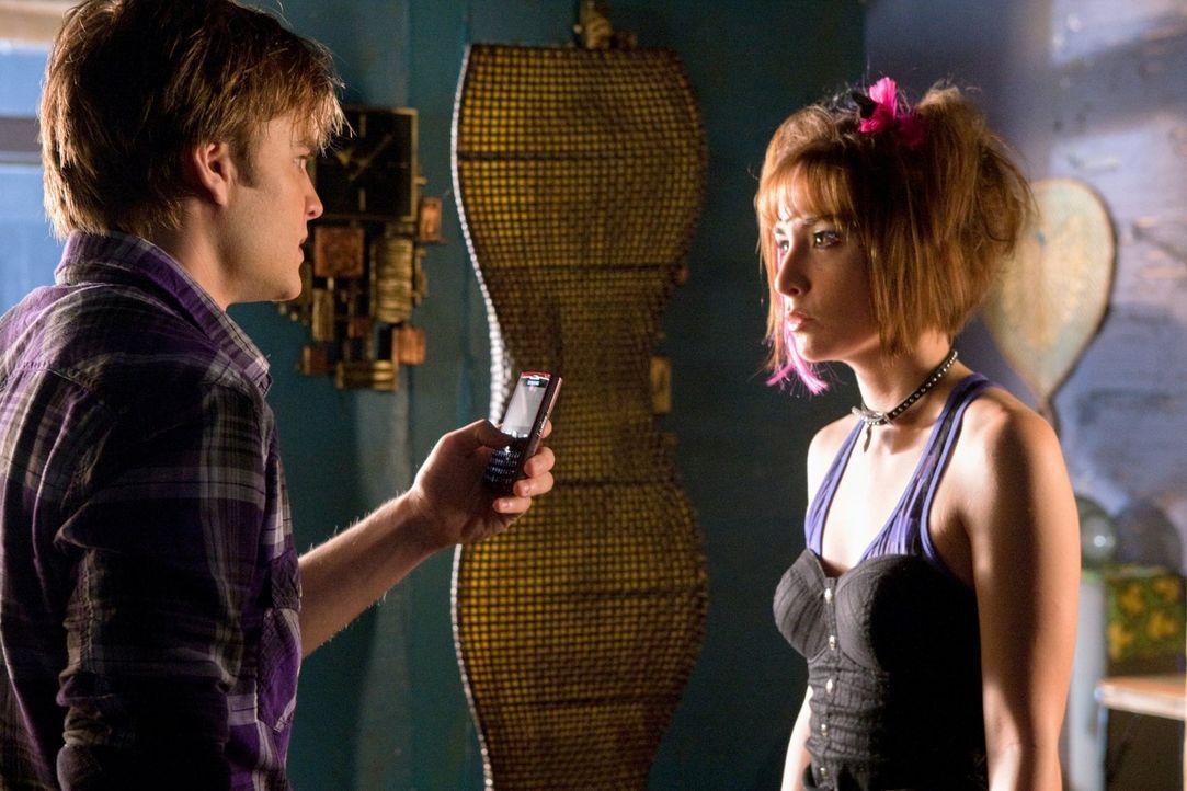 DIe Superheldenzwillinge Jayna (Allison Scagliotti, r.) und Zan (David Gallagher, l.) wollen den Schatten bei der Verbrechensbekämpfung unterstützen... - Bildquelle: Warner Bros.
