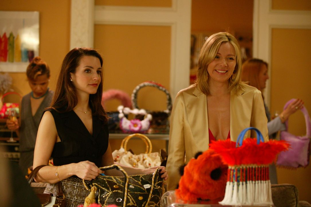 Zwischen Leder und Plüsch sinnieren Charlotte (Kristin Davis, l.) und ihre Freundinnen über den Sinn des Lebens. Da entdeckt Samantha (Kim Cattral... - Bildquelle: Paramount Pictures