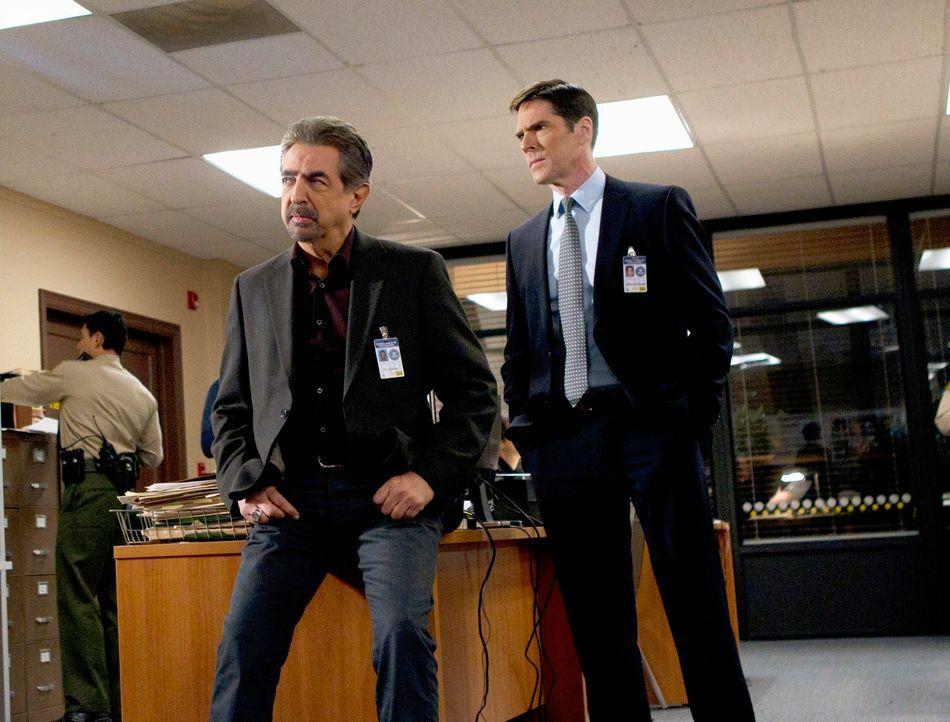 Müssen eine Serie brutaler Einbrüche und Morde in kalifornischen Vorstädten aufklären: Rossi (Joe Mantegna, l.) und Hotch (Thomas Gibson, r.) ... - Bildquelle: ABC Studios