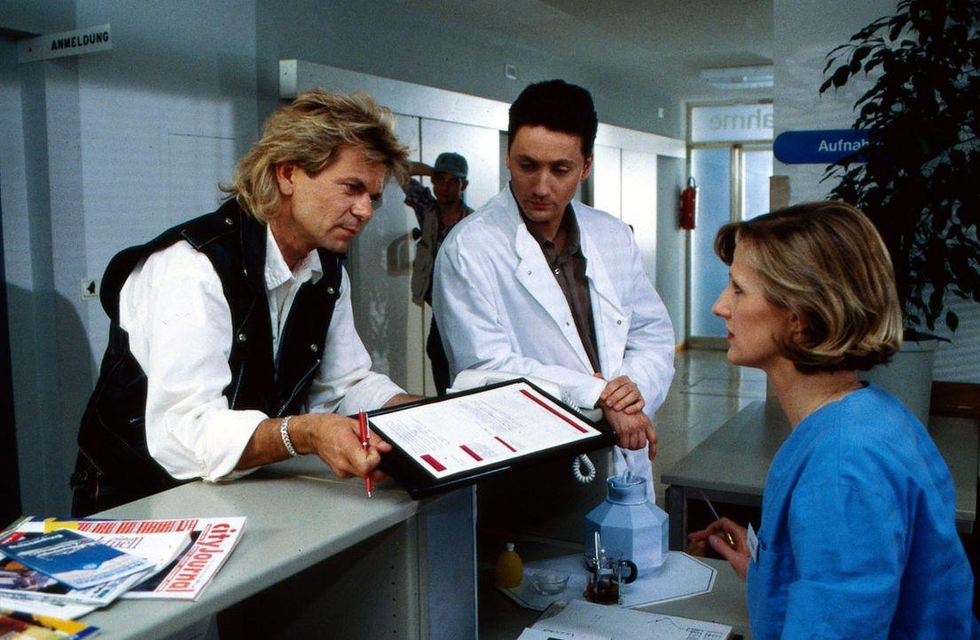 Der Sänger Alex Reinhard (Matthias Reim, l.) unterschreibt die Einverständniserklärung für die Notoperation seines Sohnes, die ihm Schwester Hilde (... - Bildquelle: Janis Jatagandzidis Sat.1