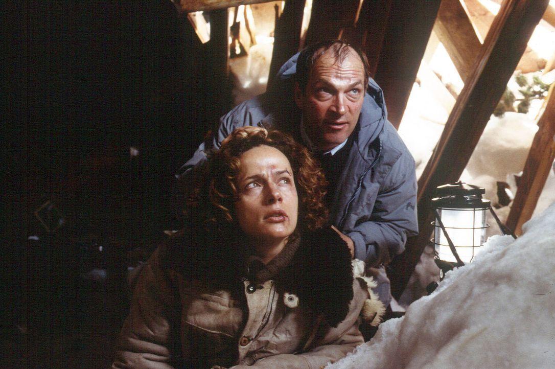 Schlagartig erkennt die Polizistin Leah Sanders (Claudia Michelsen, l.), dass Dr. Meinert (Herbert Knaup, r.) nicht der harmlose Arzt ist, für den... - Bildquelle: Laemmerer Cinemakers