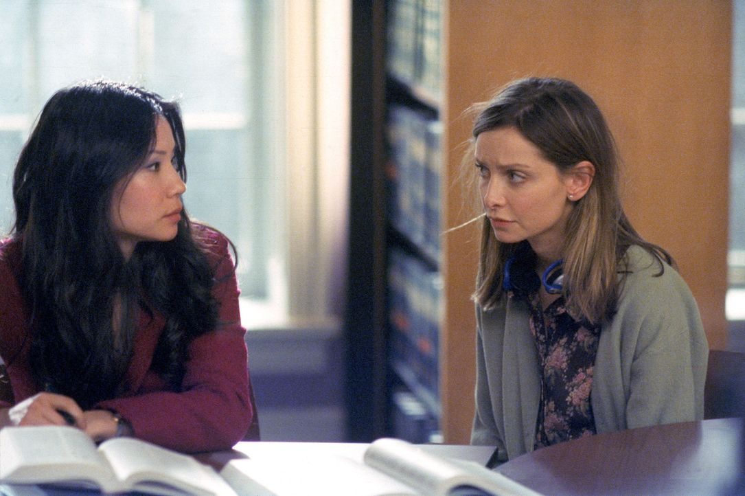 Während Ally (Calista Flockhart, r.) ihrem Ex-Freund nachtrauert, würde Ling (Lucy Liu, l.) lieber keinen Kontakt mehr zu ihrer alten Affäre haben .... - Bildquelle: 2001 Twentieth Century Fox Film Corporation. All rights reserved.