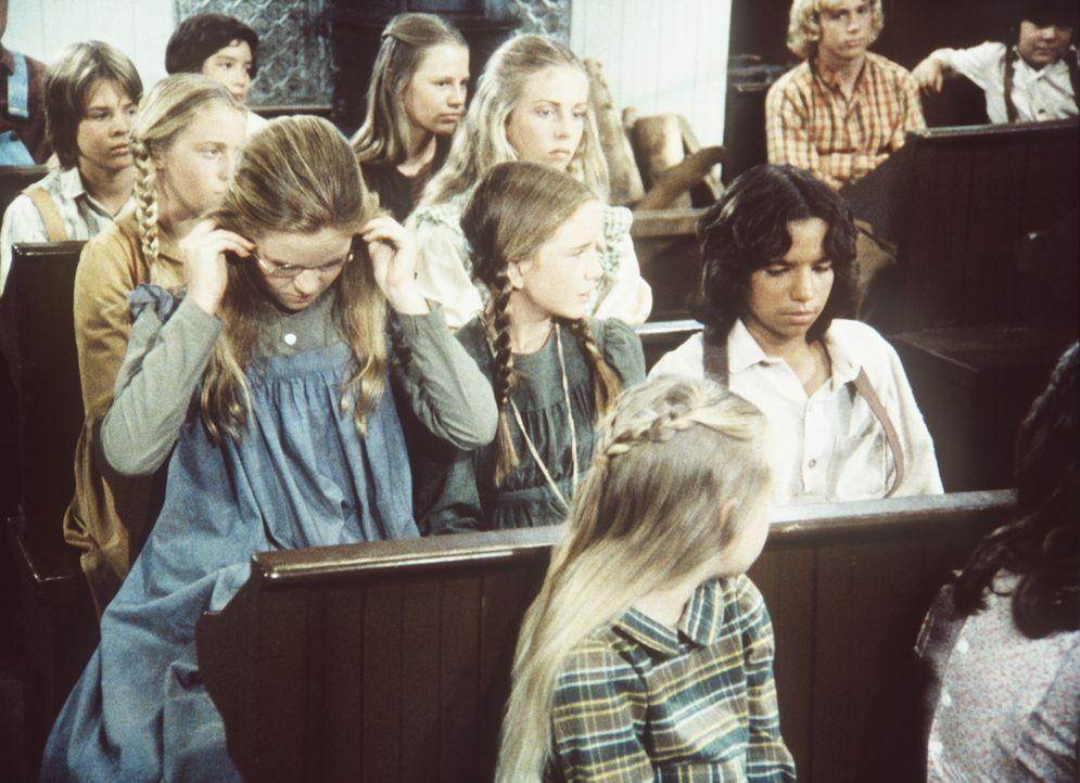 (v.l.n.r.) Mary (Melissa Sue Anderson) und Laura (Melissa Gilbert) bieten Joseph (Caesar Ramirez) einen Platz auf ihrer Schulbank an. - Bildquelle: Worldvision