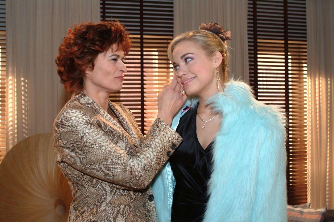 Entgegen aller Vorhersagen ist Kim (Lara-Isabelle Rentinck, r.) überrascht, dass sie von Sophie (Gabrielle Scharnitzky, l.) so warm empfangen wird. - Bildquelle: Monika Schürle Sat.1