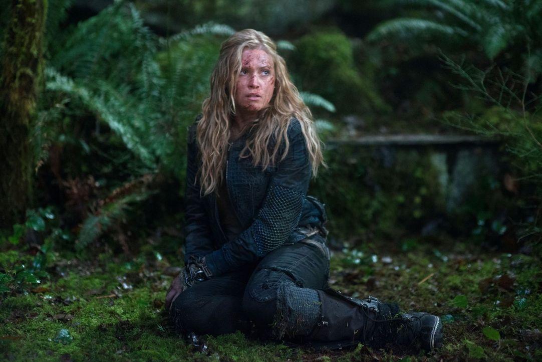 Noch ahnt Clarke (Eliza Taylor) nicht, wem sie noch begegnen wird ... - Bildquelle: Warner Brothers