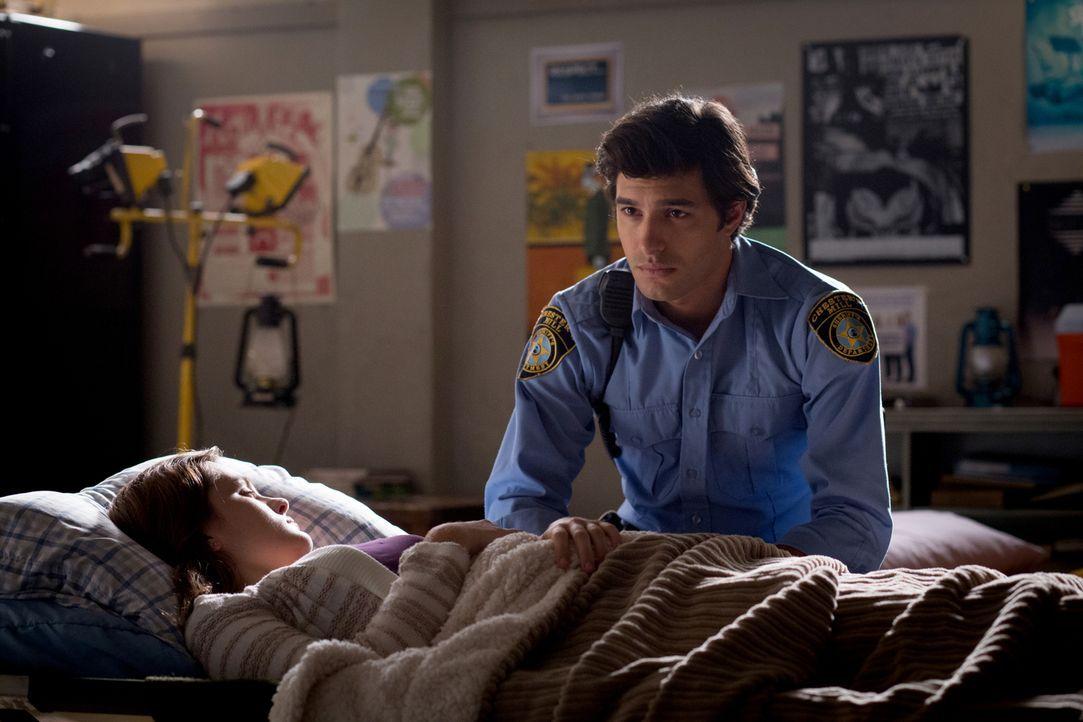 Ist sich seiner Gefühle für Melanie (Grace Victoria Cox, vorne) nicht sicher: Junior (Alexander Koch, hinten) ... - Bildquelle: 2014 CBS Broadcasting Inc. All Rights Reserved.