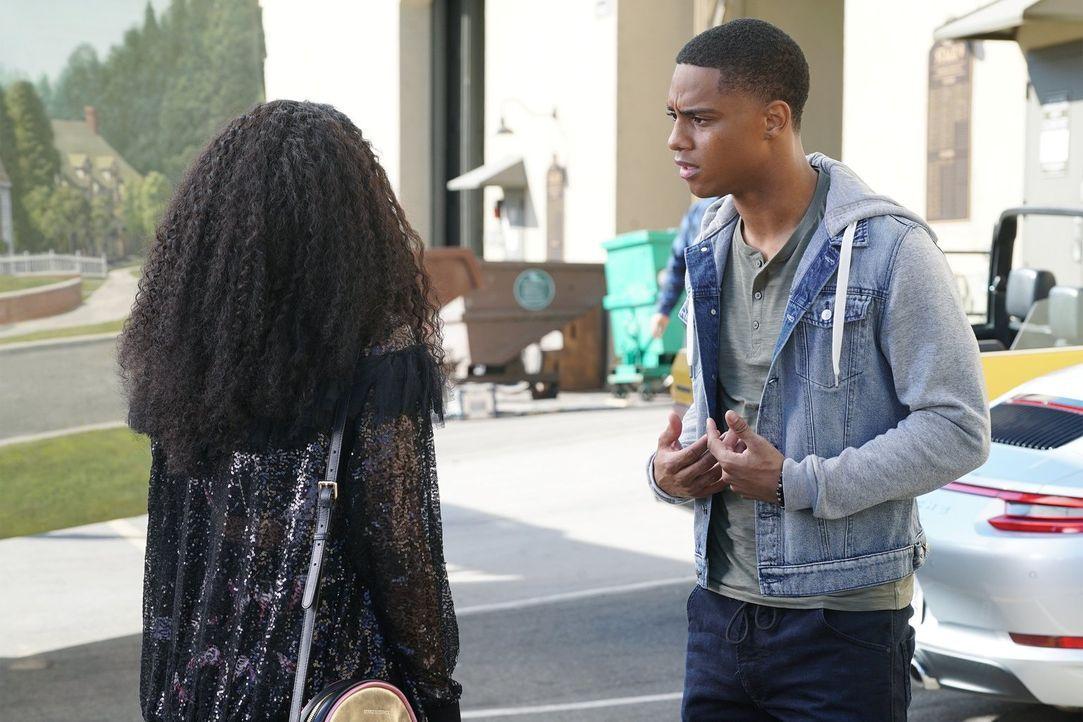 Während es zwischen Cassie und Paige zu einem heftigen Streit kommt, kriselt es auch zwischen Jordan (Keith Powers, r.) und Tangey (Pepi Sonuga, l.)... - Bildquelle: Warner Bros.