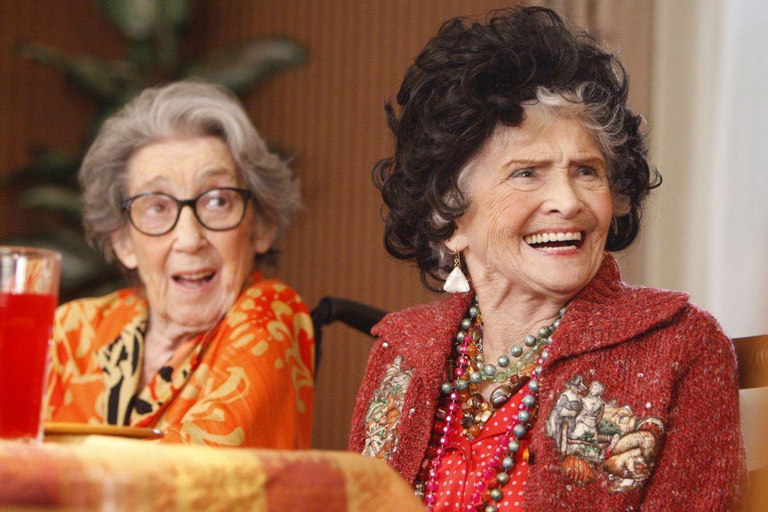 Freuen sich auf das Thanksgiving-Dinner, auch, wenn es droht eine ganz große Katastrophe zu werden: Tante Ginny (Frances Bay, l.) und Tante Edie (Je... - Bildquelle: Warner Brothers