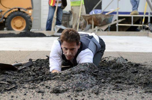 Henry (Ioan Gruffudd) ahnt, was er unter der Asphaltdecke finden wird ... - B...