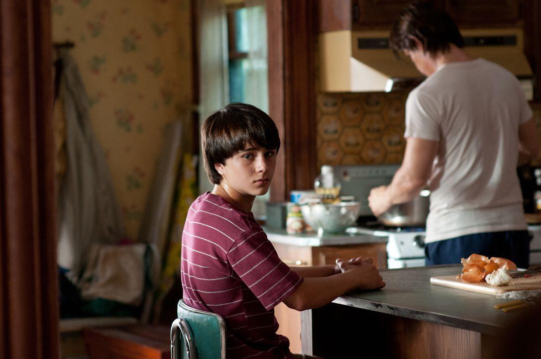 Als seine Mutter den verletzten Anhalter Frank bei sich aufnimmt, findet der junge Henry (Gattlin Griffith) in dem verschlossenen Mann eine Vaterfig... - Bildquelle: 2016 Paramount Pictures. All Rights Reserved.