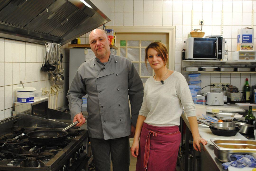 """Küchenhilfe Klaudia (r.) und ihr Chef Oliver (l.) hoffen, dass Frank Rosin ihnen Tipps geben kann, wie sie das """"Landhaus Eyendorf"""" vor dem finanziel... - Bildquelle: kabel eins"""