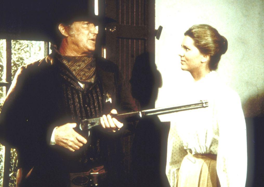 Die Lehrerin Etta Plum (Leslie Landon, r.) will den Sheriff (Don Collier, l.) davon abhalten, den Affen zu erschießen. - Bildquelle: Worldvision