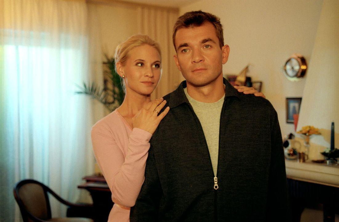 Utti (Simone Heher, l.) bittet ihren Mann Rainer (Matthias Freihof, r.), ihrem Ex-Freund Guido mit einer Blutspende das Leben zu retten ... - Bildquelle: Noreen Flynn Sat.1