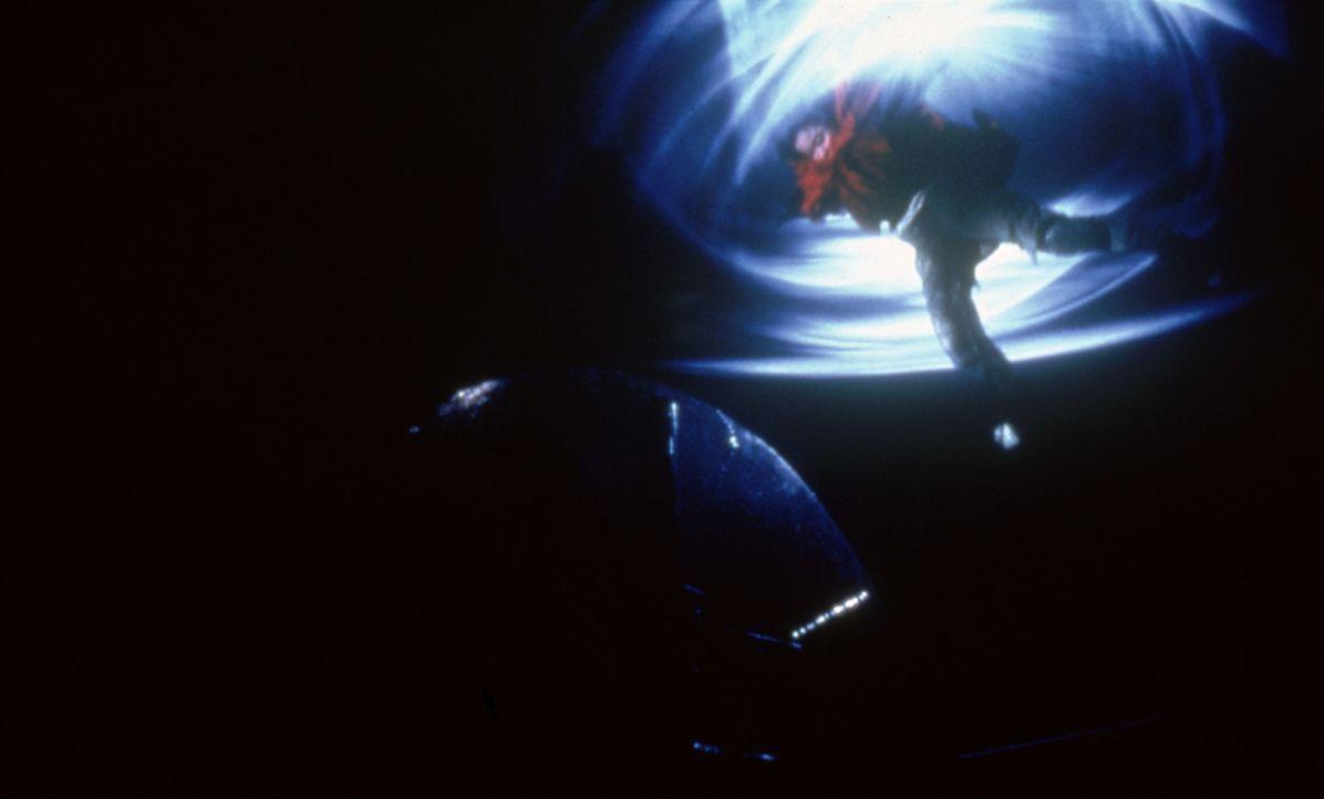 Milly (Anne Suzuki) bleiben nur zwei Tage Zeit, eine außerirdische Invasion zu vereiteln. Doch dazu muss sie zunächst vom Jahr 2084 ins Jahr 2002... - Bildquelle: CPT Holdings, Inc.  All Rights Reserved.